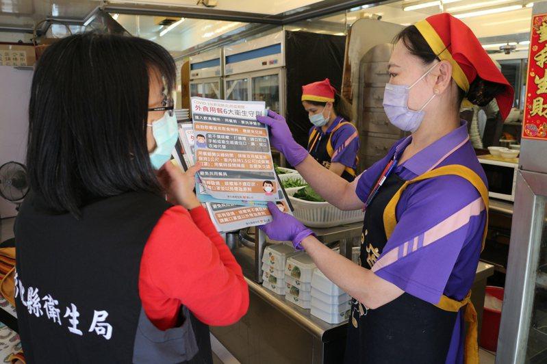 彰化衛生局人員向滷味店宣傳戴口罩。圖/彰化衛生局提供