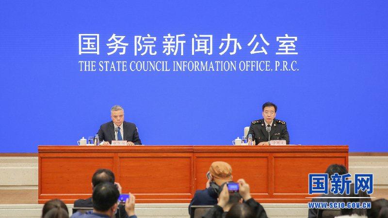 大陸海關總署發言人、統計分析司司長李魁文(右)出席大陸國新辦記者會。國新網