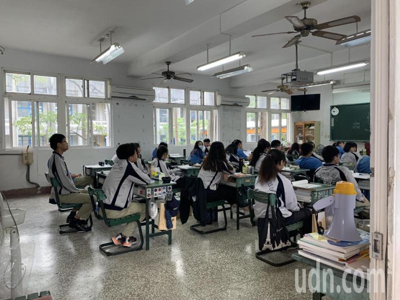 台南私立鳳和中學目前全校剩3班,其中今年高二學生33人將成最後一批在校生。記者吳淑玲/攝影