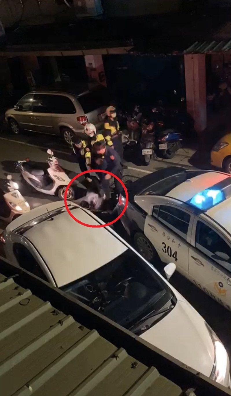 中和警方因圍捕拒檢車輛並壓制車上未成年少年時,出腳踹了少年頭部引發軒然大波。記者柯毓庭/翻攝自臉書「爆料公社」