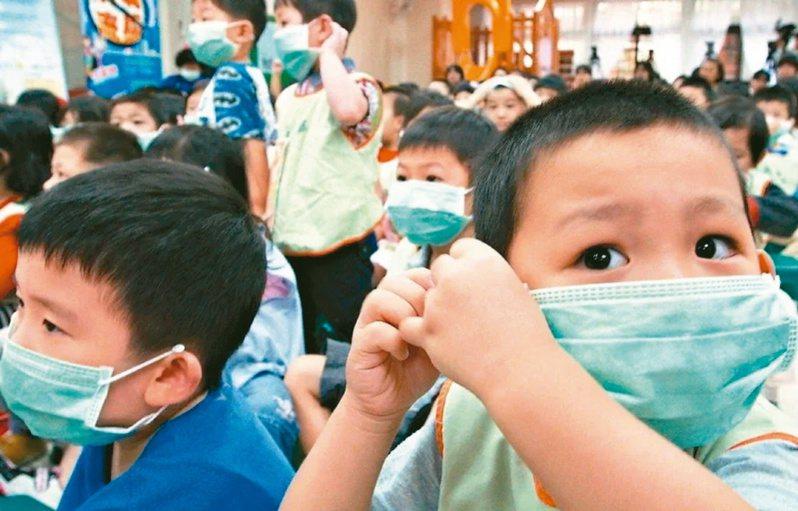 因應許多民眾抱怨兒童口罩難買,指揮中心也開放4至8歲的小童口罩從4月15日開始可上網購買。  圖/本報資料照片