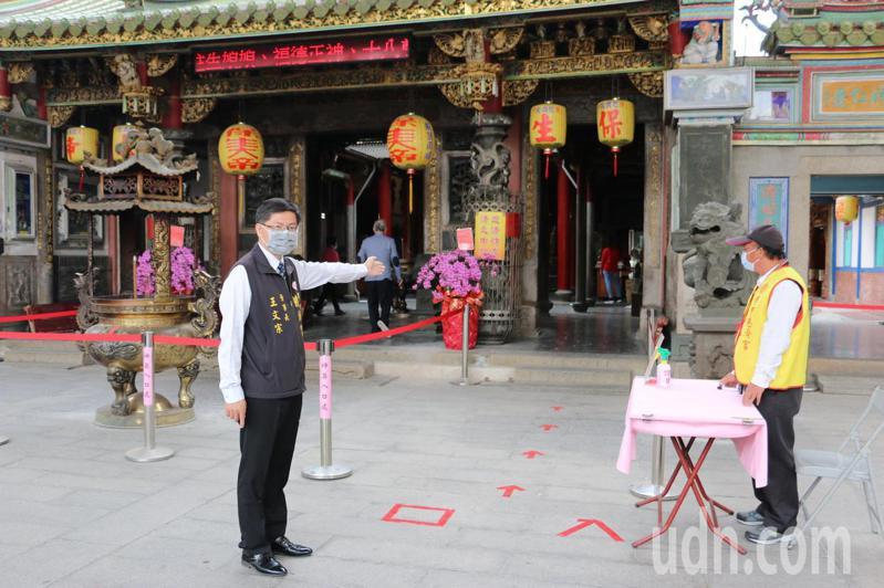 台南學甲慈濟宮進行「右進左出」的人流管制措施。圖/讀者提供