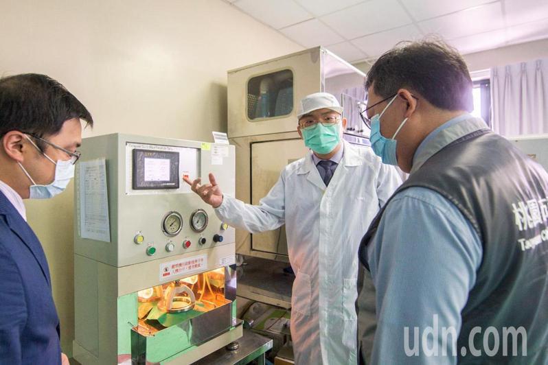 桃園市長鄭文燦(右一)參觀豪紳纖維科技生產醫療、工業用防護衣防護產品過程,稱許是桃園企業的隱形冠軍。記者曾增勳/攝影