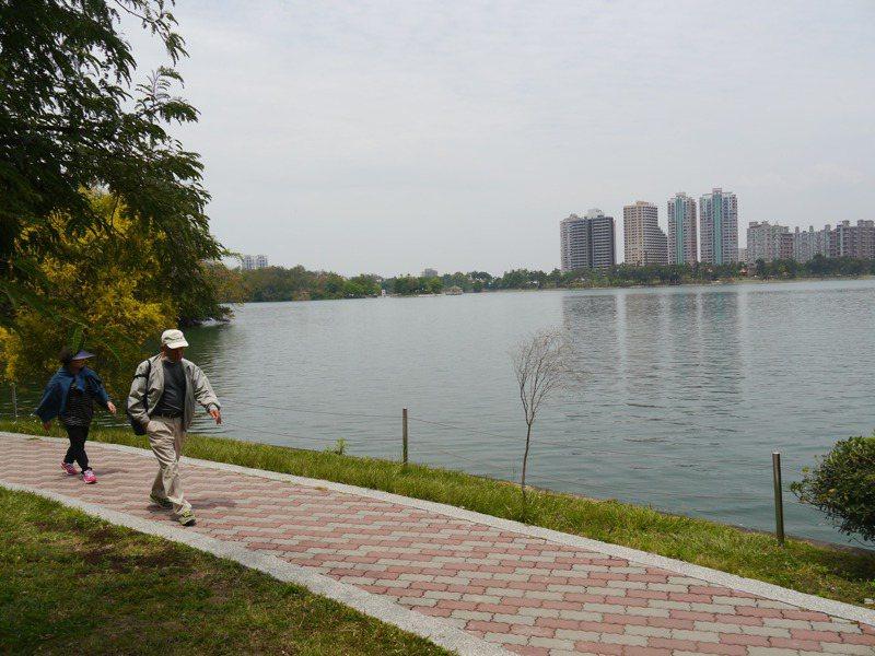 高雄澄清湖單日限制7千人次入園,遊客也需要戴口罩。記者徐白櫻/攝影
