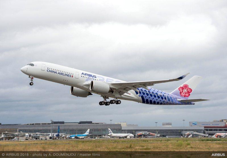 對於華航更名一事,交通部長林佳龍今(14)日特別於臉書上發表聲明,他表示,重大變革當然必須經過社會溝通。 圖/華航提供