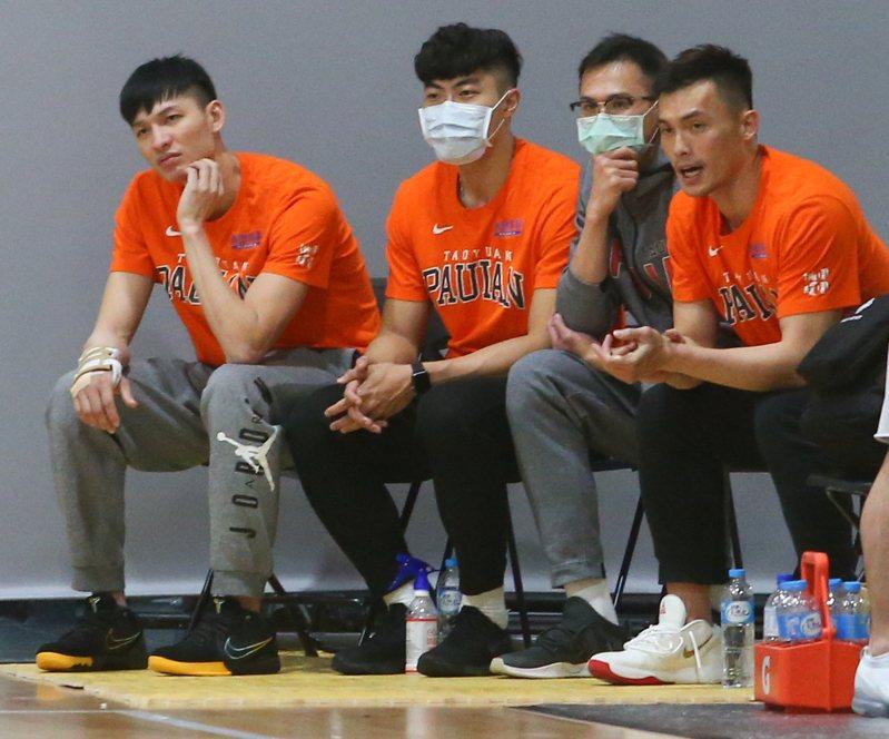 李啟瑋(左一)右手第四掌骨骨折,無緣季後賽。記者葉信菉/攝影