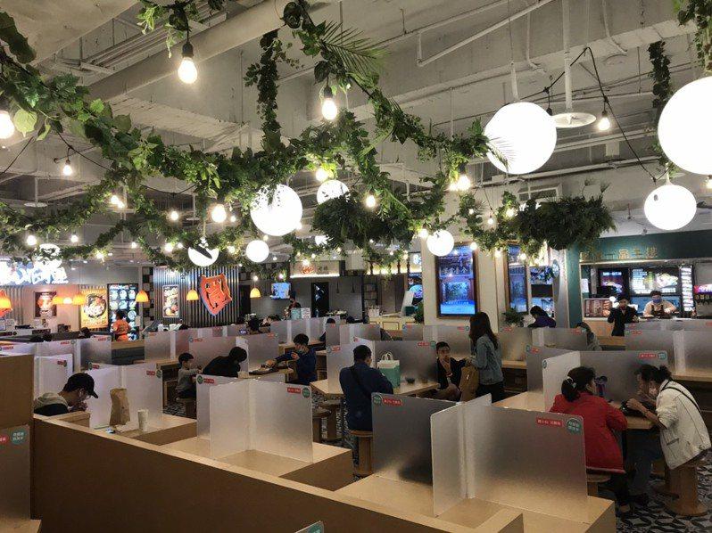比漾廣場B2秀朗市場用餐區加上特製隔板。圖/比漾廣場提供
