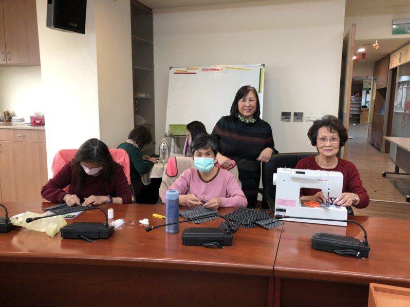 眼見金門兒童口罩短缺,議員唐麗輝(後)特別號召志工一起製作口罩套,希望延長口罩的使用時間。記者蔡家蓁/攝影