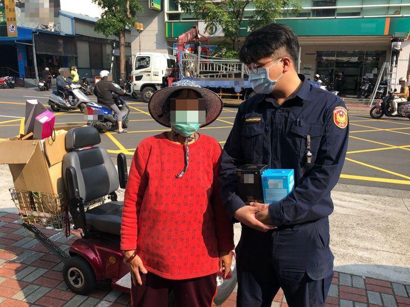 一名年約60歲資源回收婦人(左)專程送2盒醫用口罩,暖心的舉動,讓受理的台中市太平派出所警員巫明桓(右)很感動。記者趙容萱/翻攝