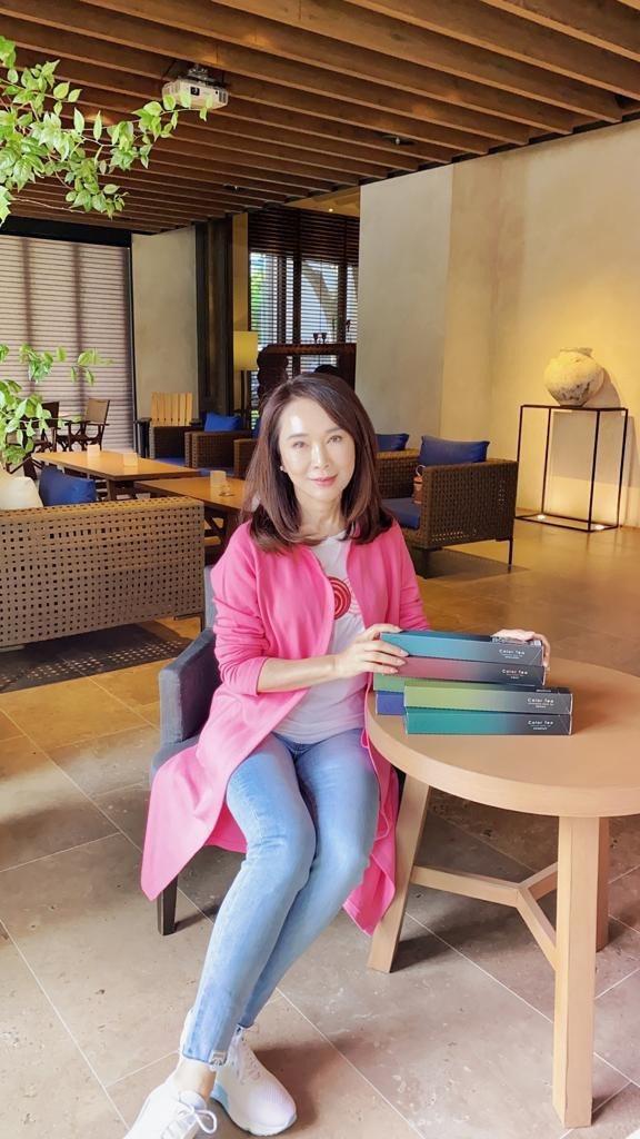 張瓊玲響應捐贈台灣茶活動。圖/恩亞出版社提供