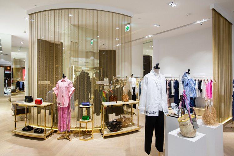 WF Fashion以金屬捲簾打造空間層次。圖/WF Fashion提供