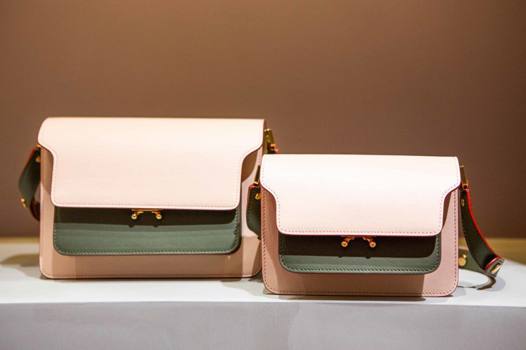 MARNI最熱賣包款風琴包本季以撞色系列呈現,(左)售價72,500元、(右)5...