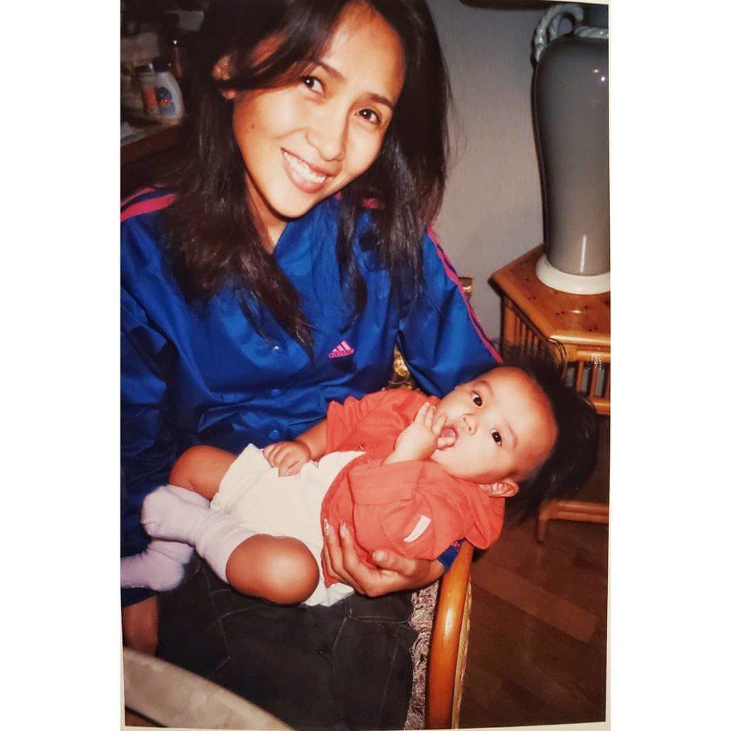 木村光希(右)曬出童年時和媽媽的合照。圖/摘自IG