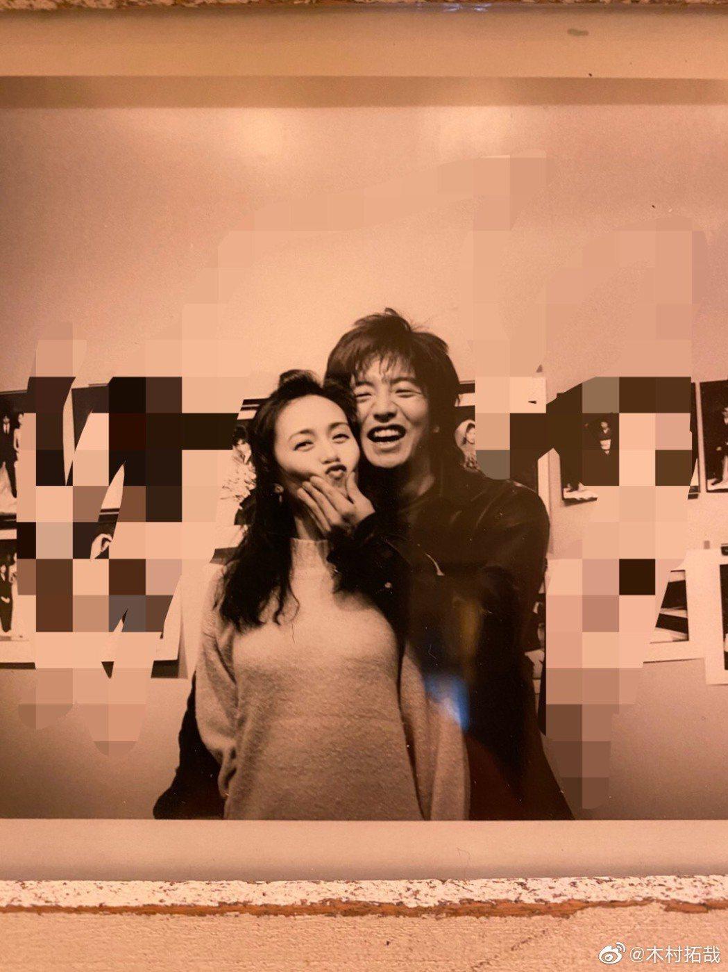 木村拓哉(右)首度分享跟老婆工藤靜香的合照放閃。圖/摘自微博