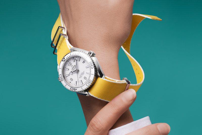 透過更換表帶,將能快速切換視覺與色彩,令手表散發新鮮新氣象。圖 / OMEGA提供。