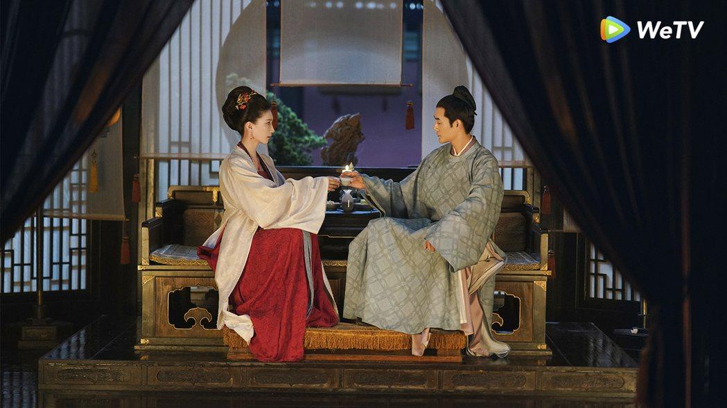 王凱(右)、江疏影在「清平樂」中「帝后CP」陷入膠著。圖/WeTV提供