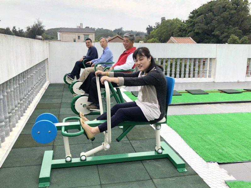 珠山日照中心的3樓有戶外健身器材與開心農場,不少來參觀的家屬都相當滿意。記者蔡家蓁/攝影