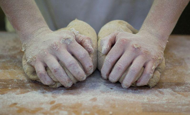 受疫情及居家避疫令影響,許多美國民眾開始自己在家學做麵包。(法新社)