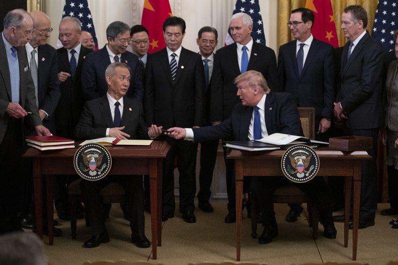 美中兩大經濟體在1月中旬簽署第一階段貿易協議,目前看來正逐步落實。美聯社