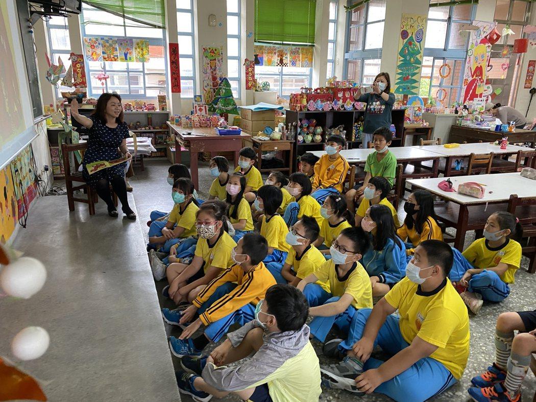 多元學習英文課程,由師長講英文故事給學童聽。記者劉星君/攝影