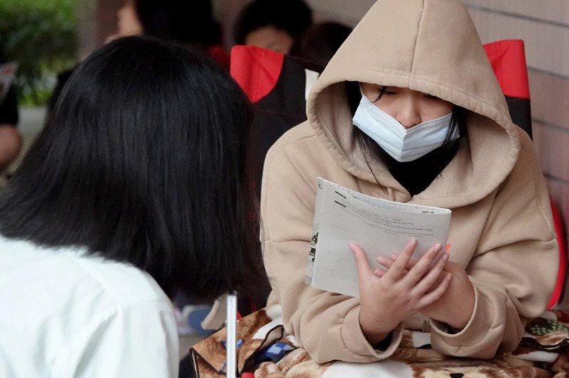 教育部宣布下月舉行的四技二專統測、國中會考兩次考試都要全程戴口罩。圖為一名戴口罩備考的考生。圖/聯合報系資料照片