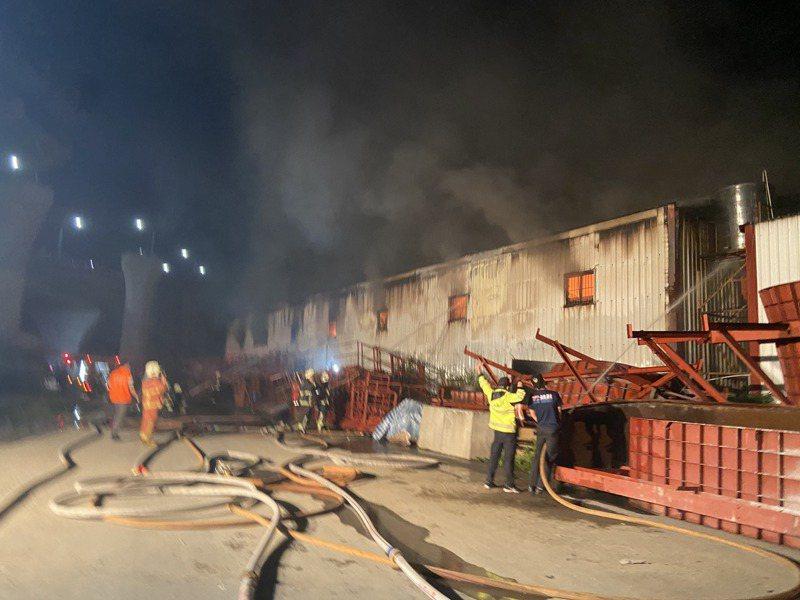 新店區家具工廠今天晚間傳出火災,據傳有人員受困。記者柯毓庭/攝影