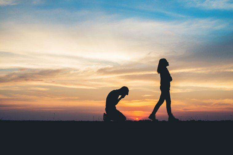 是什麼原因讓人們想要離開一段感情,又是什麼促使他們想要在一起?圖/ingimag...