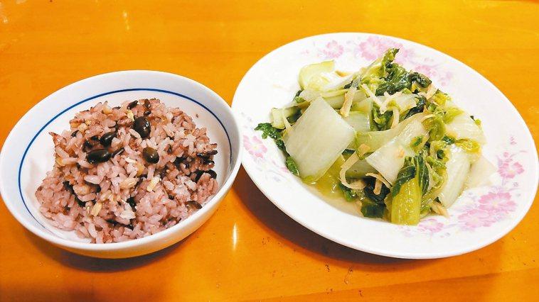 我以混合十穀米和黑豆的米飯為主食,增加膳食纖維,用餐時先吃蔬菜或蛋白質食物,再吃...