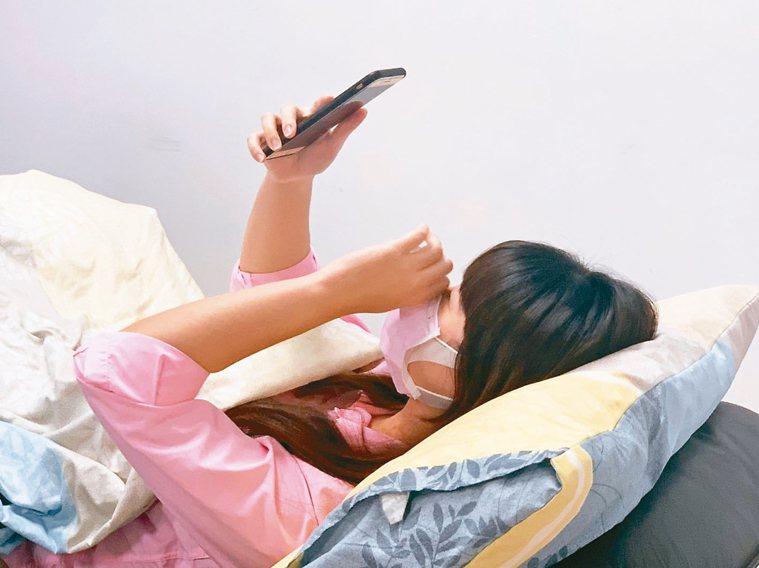 雖然宅在家很放鬆,但有些生活習慣不知不覺會傷了你的身體! 記者徐如宜/攝影