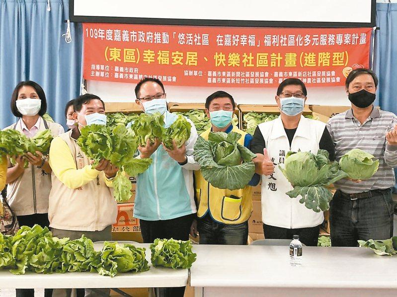 嘉義市推動社區關懷據點的食物銀行,昨天市府將500公斤的蔬菜分送給34個社區關懷據點。 記者李承穎/攝影