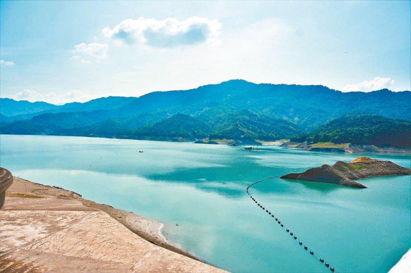 南化水庫有效蓄水只剩兩成左右,目前高雄每日支援原水10萬立方公尺。 記者吳淑玲/攝影