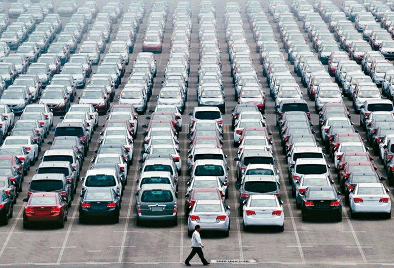 中國大陸首季汽車銷量跌42%。 路透社資料照片