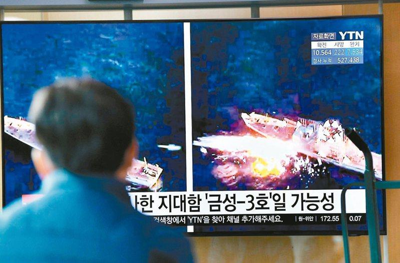 北韓十四日試射多枚飛行物,疑似短程巡弋飛彈。圖為南韓首爾火車站的電視十四日播放北韓試射飛彈的資料畫面。 (法新社)
