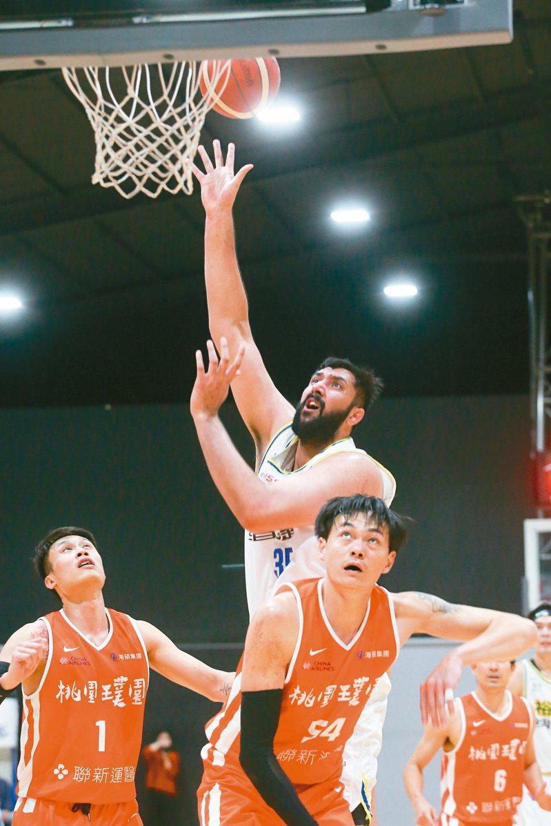 裕隆洋將布拉(中)攻下廿七分廿四籃板。 記者葉信菉/攝影