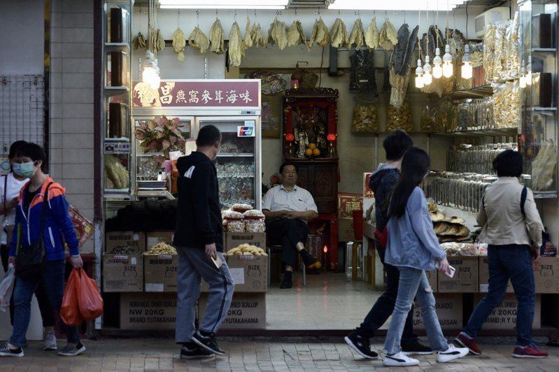 大陸港澳辦和中聯辦周一聯袂炮轟香港民主派。民主派周二回批兩辦違反基本法,是「向港人宣戰」。圖為香港街景。 中通社