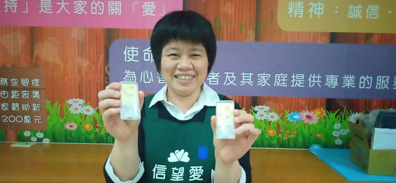 台中市信望愛智能發展中心看準防疫商機,推出隨手皂,每月熱銷600個。圖/信望愛智能發展中心提供