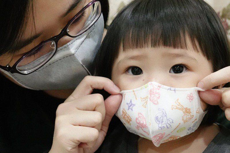 自從開放成人購買兒童口罩,許多父母反映常跑了好幾家藥局都買不到。 記者林伯東/攝影