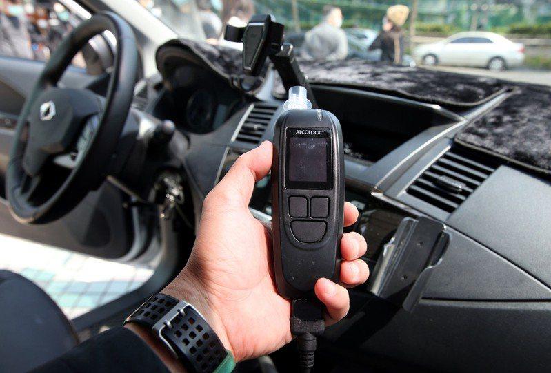 交通部針對酒駕累犯除了要重新考照之外,一年內需自費在車輛上加裝酒精鎖(示範者非違規人)。 記者林俊良/攝影