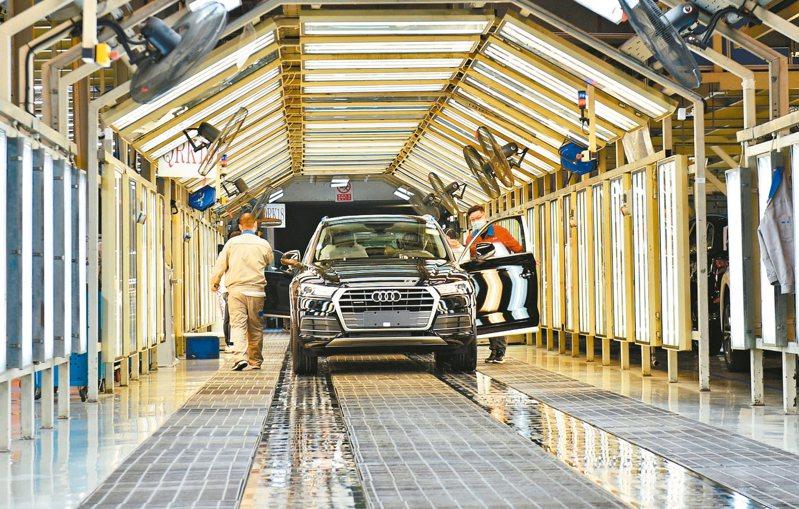 大陸工信部發布3月汽車產銷量分別年減44.5%和43.3%。 新華社