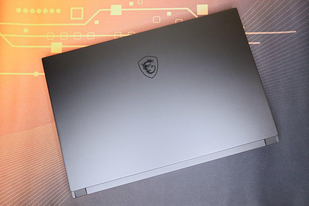 GS66 Stealth以全新「黑魂」概念導入磨砂黑金屬設定。 彭子豪/攝影