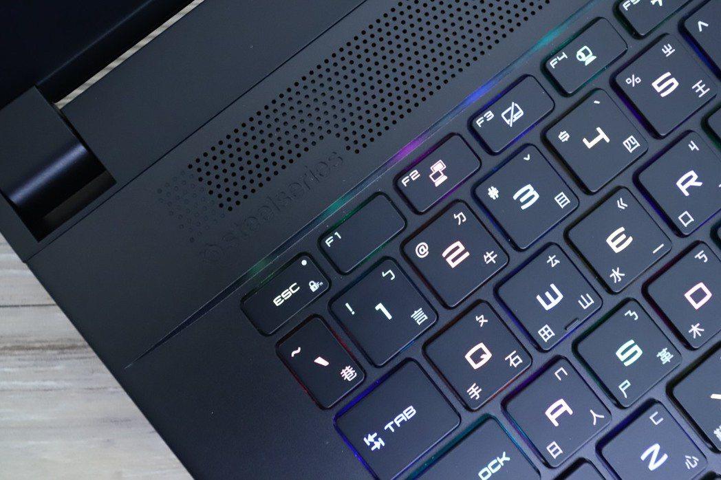 SteelSeries單鍵RGB全彩背光電競鍵盤發光表現相當均衡,無過於刺眼。 ...