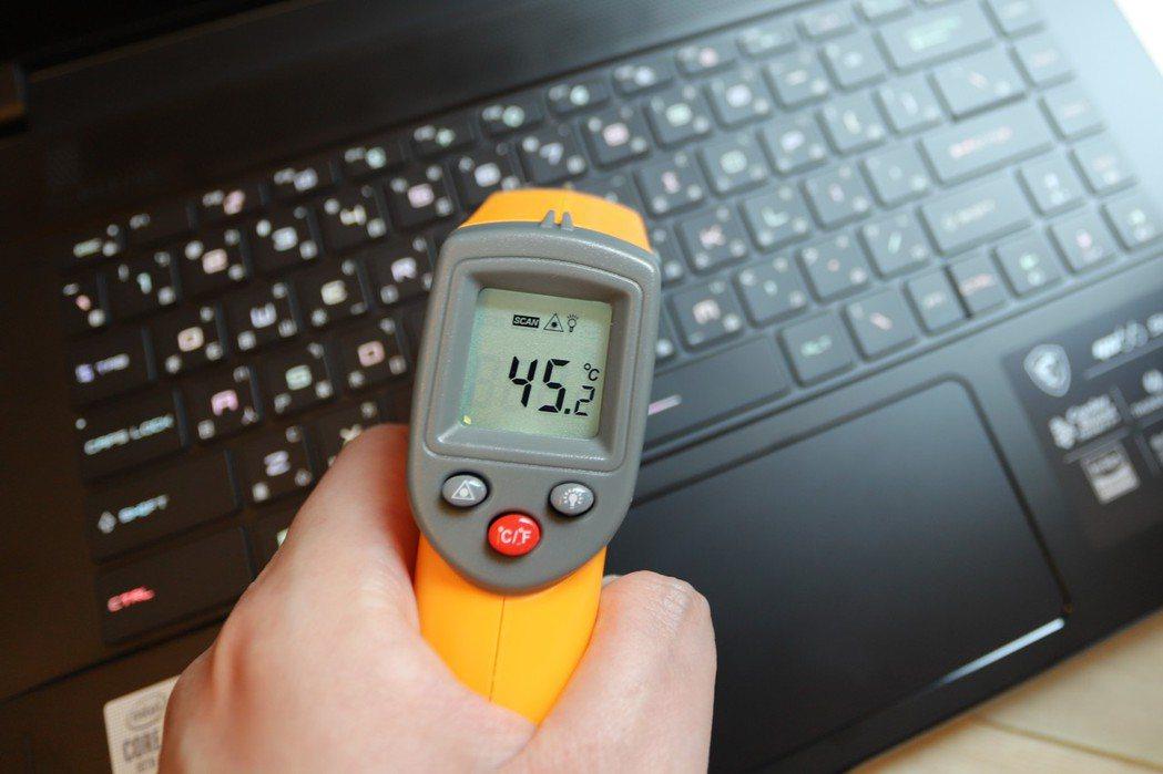以3D Mark、Furmark反覆測試半小時,最熱的C件外部中央溫度約45度,...