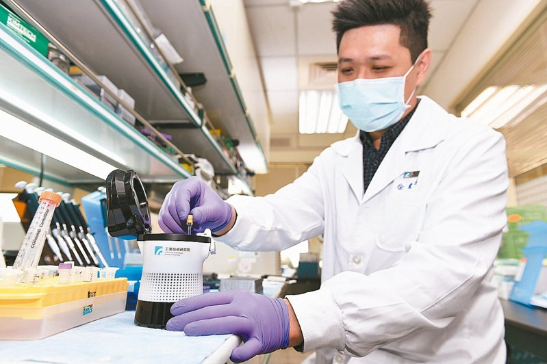 工研院發表新冠病毒篩檢用的「核酸分子檢測系統」(簡稱「疫開罐」),可在感染初期病毒濃度尚低時即可篩檢與確認,精準度高達90%,1小時即可檢測。 圖/工研院提供
