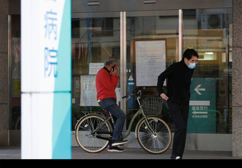 日本多處醫院發生院內群聚感染,令人憂慮疫情若持續擴散,將造成醫療機構壓力。路透