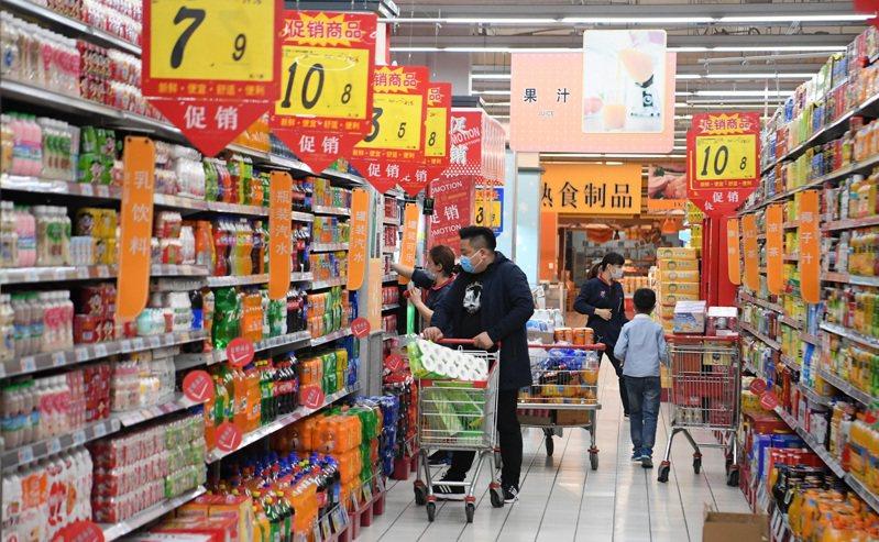 IMF報告認為,中國疫情在政策刺激、企業恢復下,今年經濟成長率可達1.2%,明年經濟則大幅反彈至9.2%。 中新社