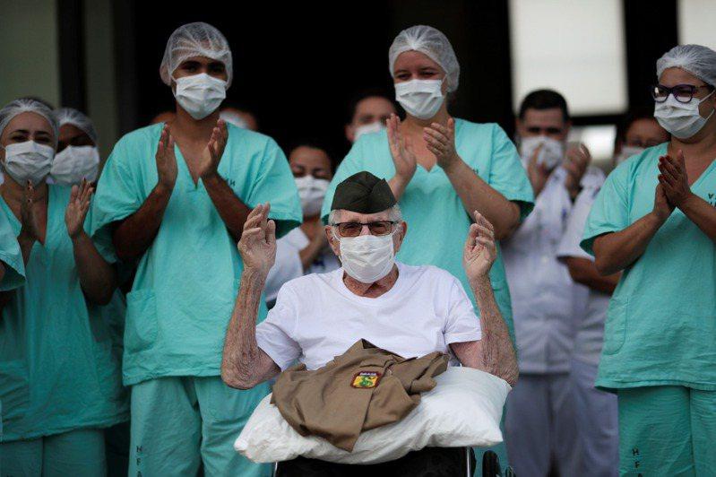 99歲的巴西二戰老兵先前感染2019冠狀病毒疾病(COVID-19)入院治療,今天康復出院返家,並向醫護人員行軍禮。 路透社