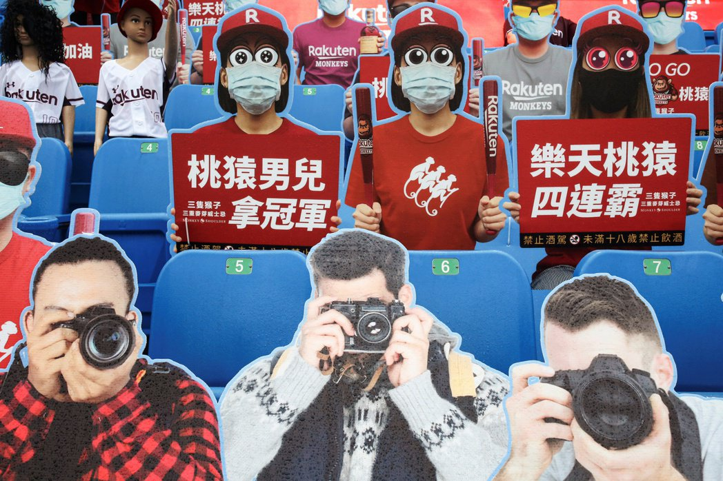 中華職棒以閉門比賽形式開打,樂天桃猿隊在桃園棒球場架起人形立牌充當觀眾。 圖/路...
