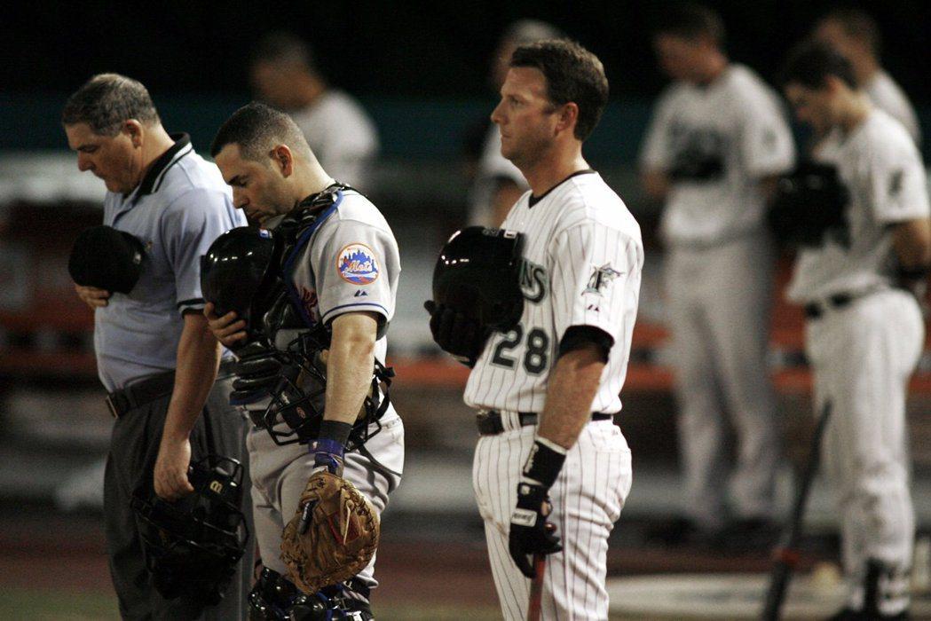 2006年9月11日,大都會隊與馬林魚隊在晚上9點11分暫停比賽,向911受害者致意。 圖/路透社