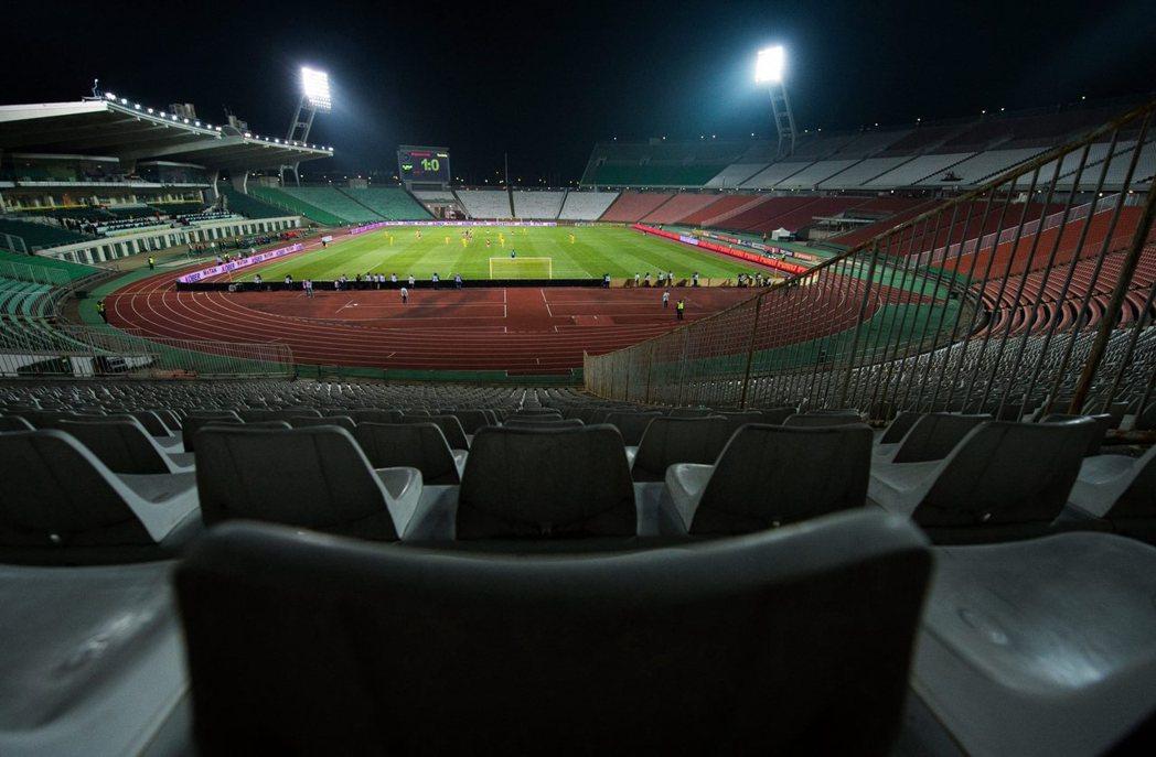 2014年世足外圍賽匈牙利對上羅馬尼亞,因先前匈牙利隊球迷在與以色列比賽中的反猶太言行,讓匈牙利遭FIFA懲處閉門比賽。 圖/美聯社
