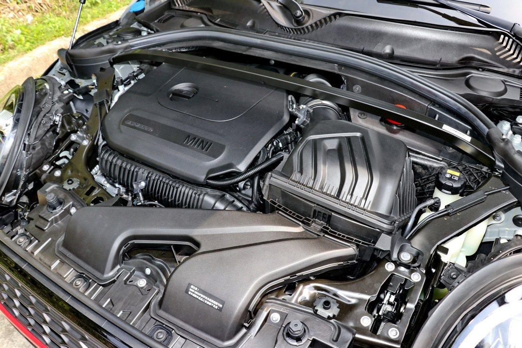 配備2.0升TwinPower Turbo渦輪增壓直列四汽缸引擎。 記者陳威任/...